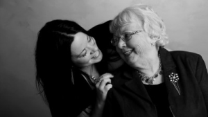 Femmes de deux générations distinctes