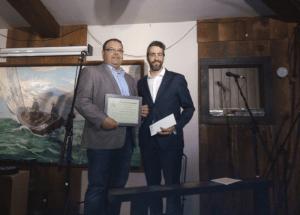 À gauche, Claude Chabot, le président de MICRO accepte le Prix SOCAN remis au Communicateur(rice) ou journaliste de l'année en l'absence de Valérie Bélanger de CFRH FM (Penetanguishene, Ontario. À droite, M. Yanik Hardy de la SOCAN.