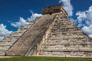 La base très large et solide d'une pyramide