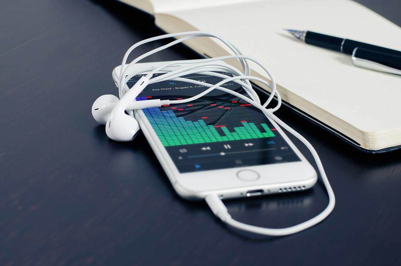 Un téléphone cellulaire avec une paire d'écouteurs