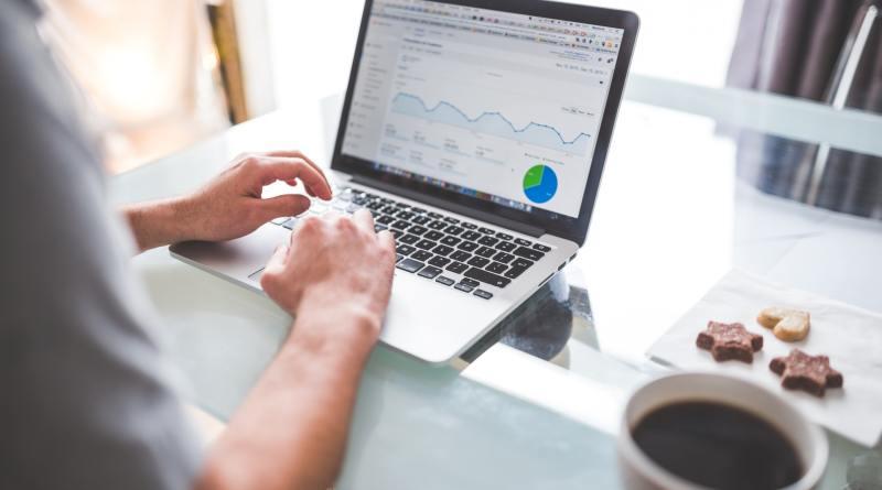 Un homme navigue sur Google Analytics