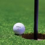 Balle au bord d'un trou au golf