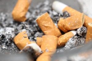 Un cendrier rempli de mégots de cigarettes