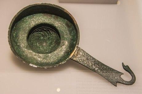 Passoire grecque du ve siècle av. J.-C., utilisée pour filtrer les dépôts du vin parfumé d'épices et de fleurs.