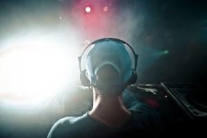 Un disc jockey lors d'une fête