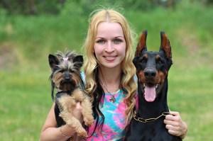 Femme avec ses 2 chiens