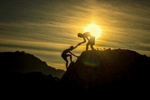 Deux jeunes hommes qui gravissent une montagne