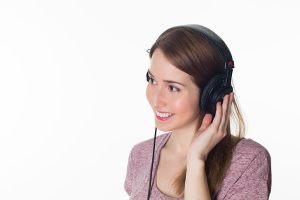Jeune femme avec des écouteurs sur les oreilles