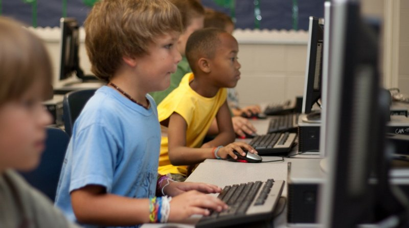 Des enfants naviguant sur Internet