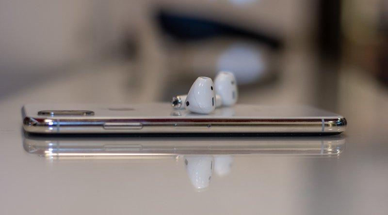 AirPods d'Apple sur un téléphone iPhone