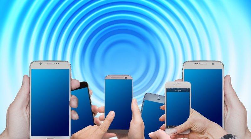 Des téléphones cellulaires tenus dans des mains