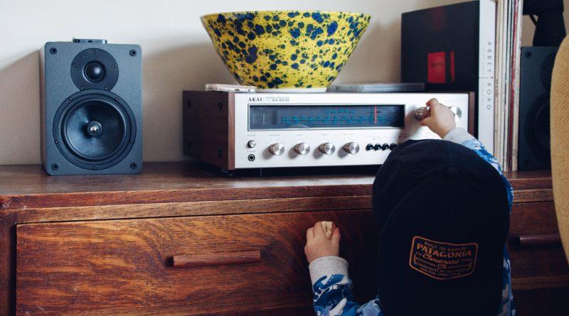 Un enfant qui tourne la roulette d'un récepteur radio