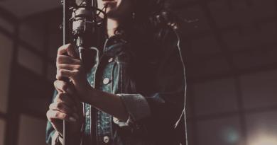 Une chanteuse devant un microphone