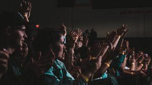 Des gens qui applaudissent une célébrité