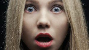 Une jeune femme blonde avec du rouge à lèvres