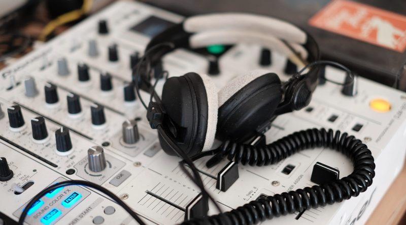 Des écouteurs sur une console