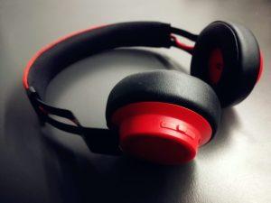 Casque sans fil de couleur rouge