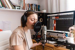Jeune femme en session d'enregistrement