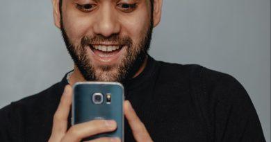 Un homme consulte son smartphone