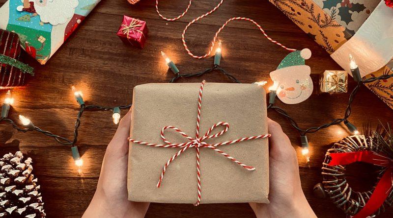 Une personne qui tient un cadeau