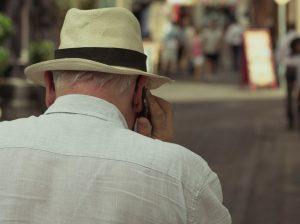 Un monsieur âgé parle au téléphone