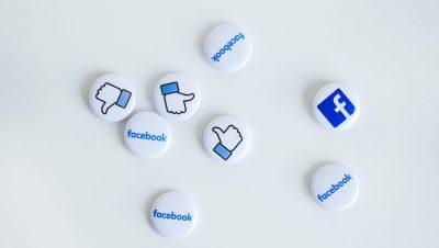 Des macarons avec des logos de Facebook