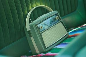 Une radio à transistor sur un siège
