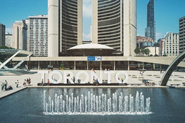 Édifices à Toronto avec une fontaine en avant