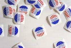 Des autocollants qui indiquent que l'électeur a voté