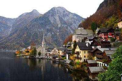 Un village niché à flanc de montagne près d'un lac