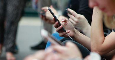 Une personne tenant un téléphone intelligent