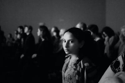 Une jeune femme parmi une foule