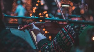 Une violoniste d'un orchestre de Noël