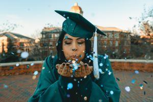 Une jeune femme vêtue d'une toge et d'un mortier d'une université