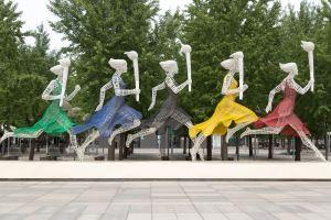 Quatre silhouettes féminines courant avec un flambeau olympique