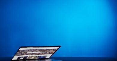 Un ordinateur portable dont l'écran est à moitié relevé