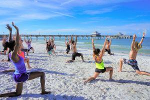 Des personnes faisant de l'exercice au bord de la mer