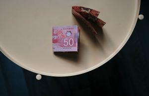 Des billets de banque sur une table