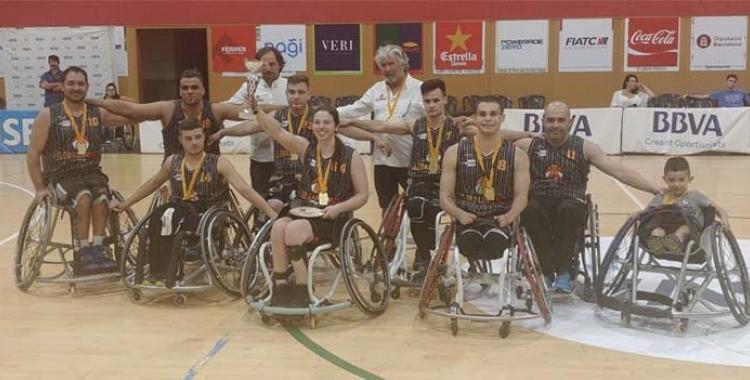 El Global Basket amb la copa de campió