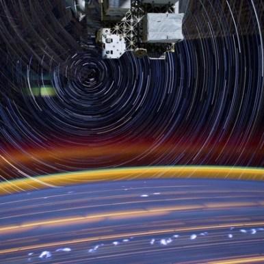 صورة مُركّبة من 18 صورة أخرى، تم مزج جميع تفاصيلها في مشهد واحد لكوكب الأرض وغلافه الجوي من على متن المحطة الفضائية الدولية