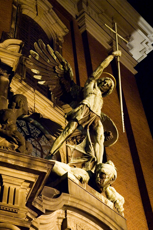 Statue_of_Archangel_Michael_over_the_main_Gate_of_the_church_Sankt_Michaelis_in_Hamburg_Germany
