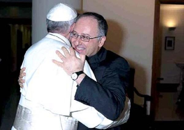 abrazo-entre-el-papa-francisco-y-antonio-spadaro