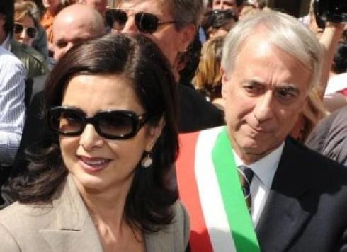 La presidente della Camera Laura Boldrini (S) e il sindaco di Milano Giuliano Pisapia partecipano alla manifestazione per la Festa della Liberazione a Milano, 25 aprile 2013. ANSA/DANIEL DAL ZENNARO
