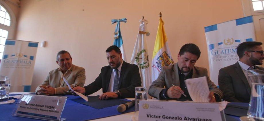 Firma de convenio Municipalidad Santa Catarina Pinula y Ministerio de Ambiente