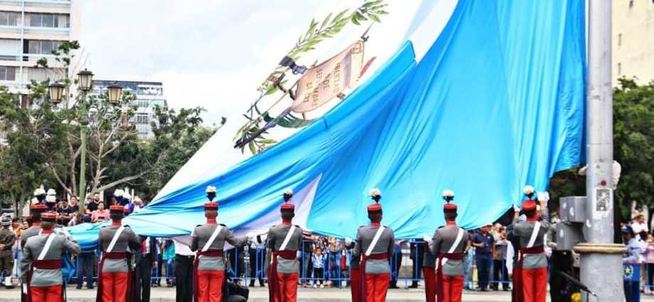 Resultado de imagen para izada de la bandera de guatemala