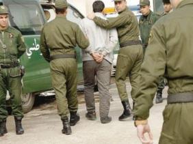 صورة القبض على إرهابي كان مرشحا لتنفيذ عملية انتحارية إرهابية تستهدف المسيرات السلمية بوسط العاصمة