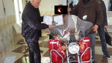 صورة سيدي الحسني: والي الولاية يسلم مواطنا دراجة نارية إيفاءا بوعده له