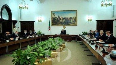 صورة رئيس الجمهورية يجتمع بأعضاء اللجنة الوطنية العلمية لرصد ومتابعة تفشي فيروس كورونا
