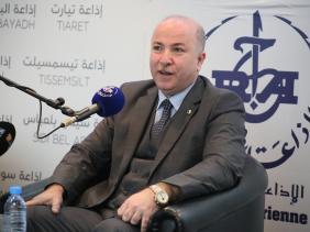 صورة وزير المالية للاذاعة : القضاء على مشكل السيولة المالية خلال شهر أكتوبر كأقصى حد