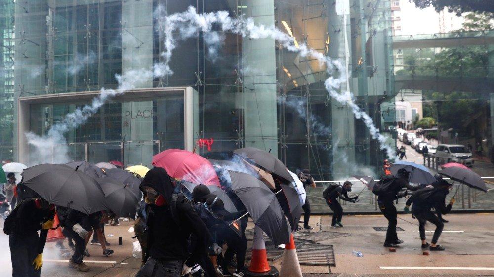MANIFESTANTES DE HONG KONG VUELVEN A TOMAR LAS CALLES POR LEY ANTIMÁSCARAS